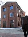 Dietmar Hagen, Gourmet-Biokoch aus dem österreichischen Dornbirn, vor einem Gebäude der neuen Schwanenburg in Hannovers Stadtteil Limmer.jpg