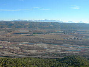 Durance - Durance Valley at Les Mées, in the northern part of Plateau de Valensole. In the background is the Mourre de Chanier mountain. The EDF Canal is the thin white line in the distance between the tree line and the base of the hills.