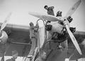 ETH-BIB-Detailaufnahme Cartagena- Spanische Soldaten füllen Benzin auf-Tschadseeflug 1930-31-LBS MH02-08-0163.tif