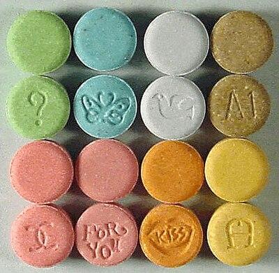 エクスタシー錠剤。こうした街角で入手されるエクスタシー錠剤はMDMAがまったく含まれない場合がある[3]。エクスタシーの名での販売は、錠剤か粉末か、様々な成分、また色や形、ブランド名によって発展してきた[12]。