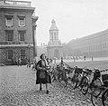 Een studente heeft haar fiets gestald bij het Trinity College, Bestanddeelnr 191-0858.jpg