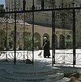 Ein Kerem Kerk van de Visitatie een franciscaner pater veegt het plein bij de , Bestanddeelnr 255-9213.jpg