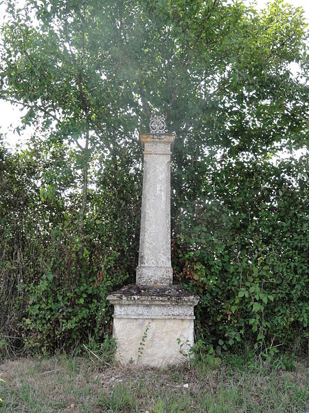 Eix (Meuse) croix de chemin cassée