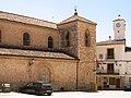 El campanario de la iglesia y la torre del reloj del ayuntamiento.jpg