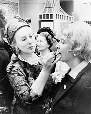 Estée Lauder (businesswoman) - Estée Lauder with a customer (1966)