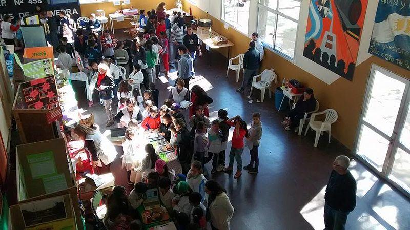 Archivo:Feria de Ciencias en la escuela.jpg