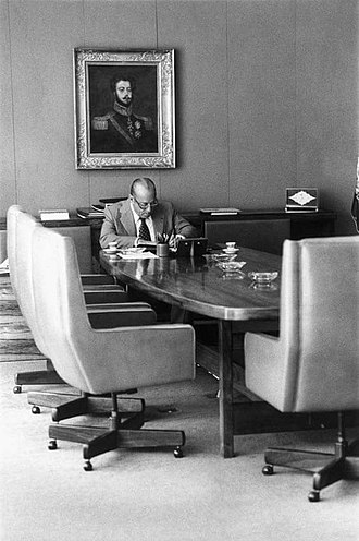 João Figueiredo - Figueiredo in the meeting room at the Planalto Palace. On the wall, a portrait of Emperor Pedro I