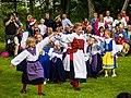 Folkdansande barn Lilla midsommar Säter 2014.jpg