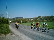 Tre corridori impegnati in un tentativo di fuga durante una corsa in linea