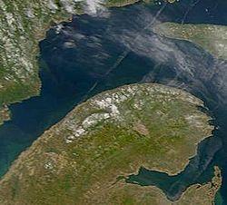 NASA-satelitobildo de la Gaspé Duoninsulo. Parto de Antikostio ekaperas en la nordoriento.