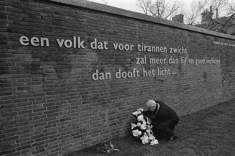 File:Gedenkplaat onthuld gewijd aan koningin Juliana van Randwijck op Weteringcircuit, Bestanddeelnr 923-4902.jpg