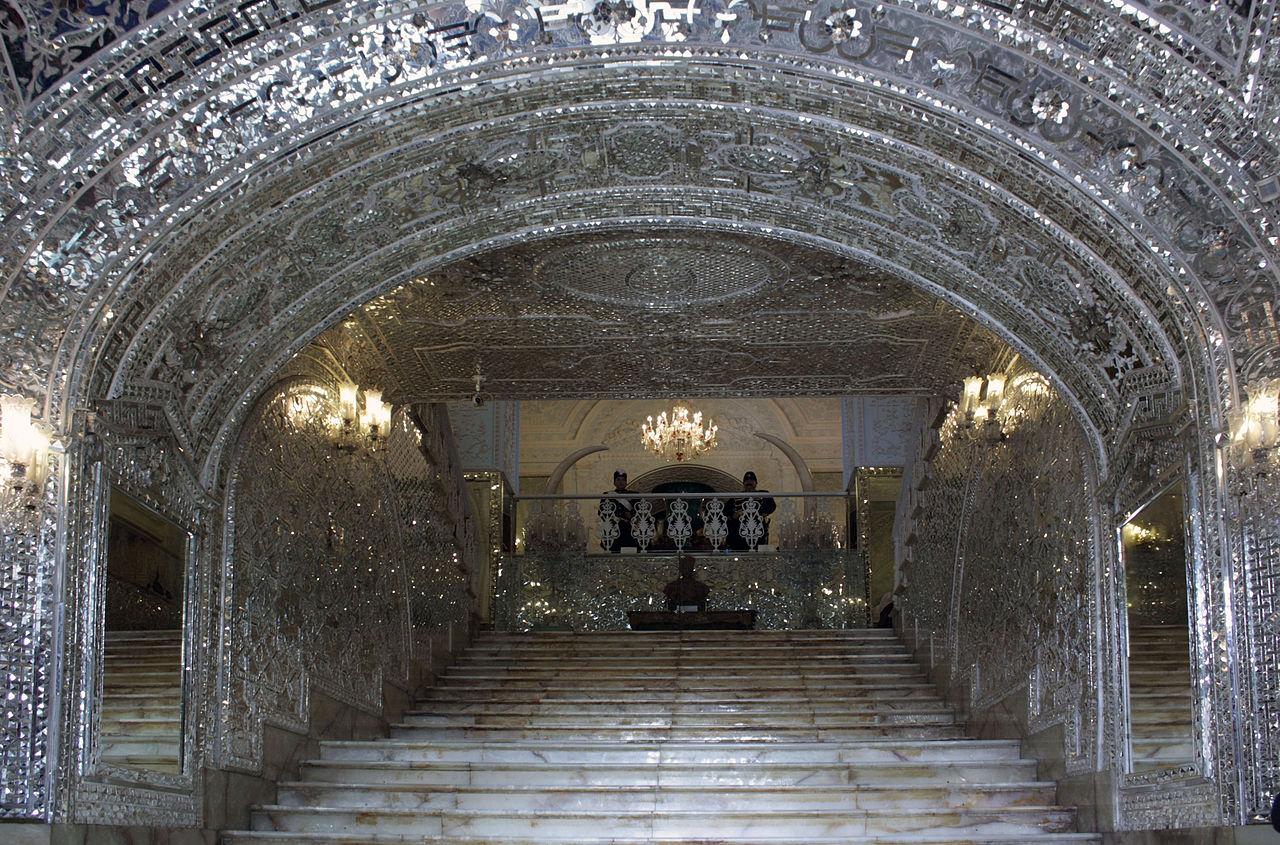 ورودی ساختمانی که تالارهای آیینه و سلام در آناند.