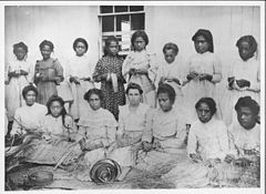 Group of Lauhala weaver, ca. 1900 (PP-33-7-001).jpg