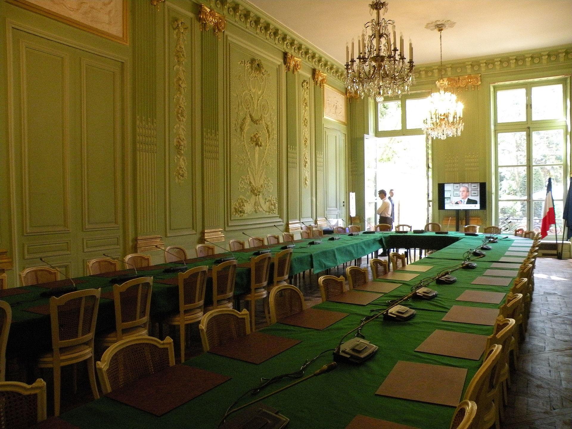 Vue de la «salle des Accords» de l'hôtel du Châtelet, vers les jardins.