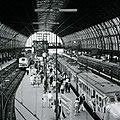 HUA-153018-Gezicht op de perrons met reizigers en treinen onder de 2e kap van het NS station Amsterdam CS te Amsterdam.jpg