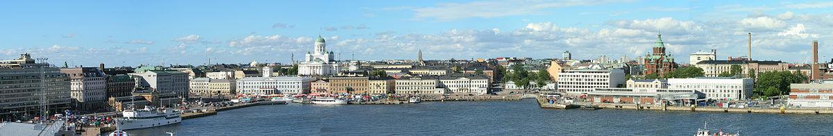 Zicht op de baai voor Helsinki, de Dom en de Oespenski-kathedraal