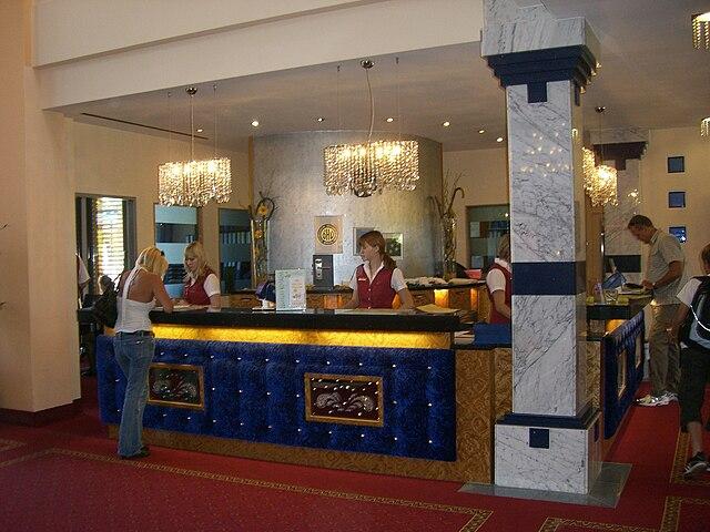 Perfil de un recepcionista de hotel, cualidades, como ser, tareas, labores, habilidades