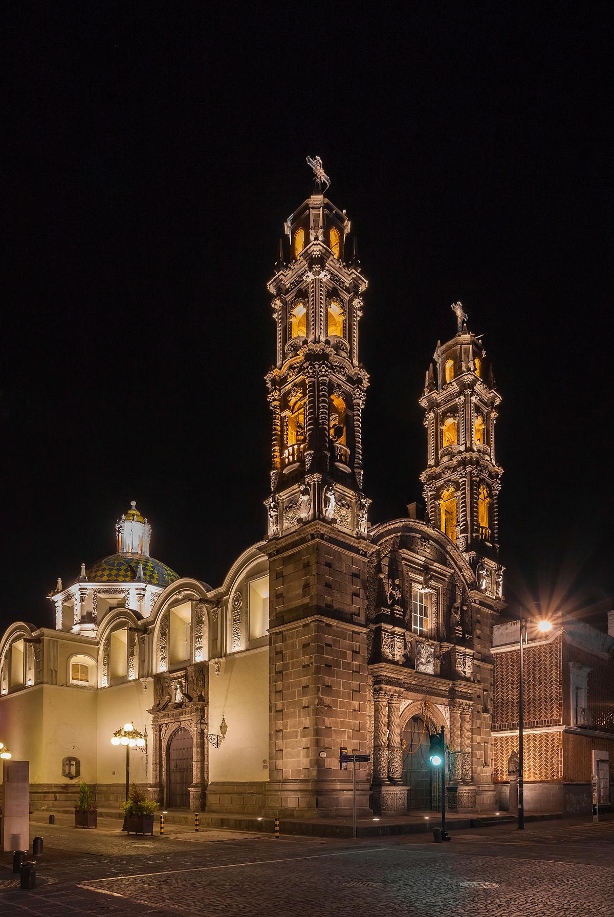 vista de noche del templo de San Cristóbal