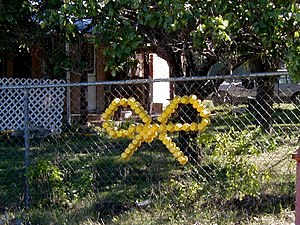 Metal garden fence design with decorative ribbon in the middle