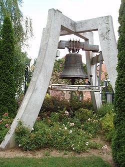 Izel-les-Hameaux-Cloche-Eglise-Juillet-2006.jpg