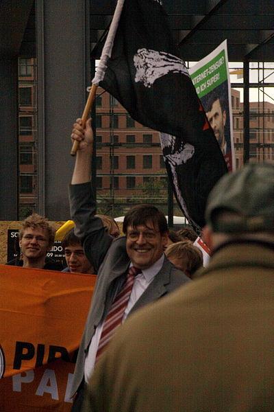 File:Jörg Tauss mit Piratenflagge.jpg