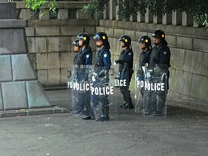 Japanese riot police 日本語: 機動隊