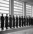 Jongens vormen een erewacht in de hal, Bestanddeelnr 252-0028.jpg