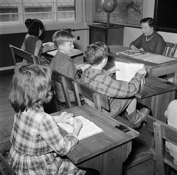 File:Kinderen krijgen onderwijs in de school van het koninklijk Deens ballet, Bestanddeelnr 252-9215.jpg