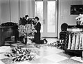 Koningin Astrid in het paleis te Laken aan het bloemschikken, Bestanddeelnr 252-1577.jpg