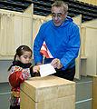 Landsstyreformand Hans Enoksen til Folkeafstemning i Multihallen i Nuuk med Pipaluk Petersen pa 5 ar.jpg