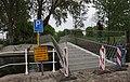 Leiden - Binnenoostsingelbrug naar Ankerpark met coronawaarschuwingsbord 20200418.jpg