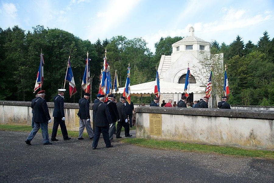 Louvemont-Côte-du-Poivre - cérémonie (entrée des drapeaux)