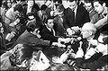 Luis F. Leloir atosigado por los periodistas, al difundirse la noticia que había ganado el Premio Nobel de Química. (20-10-1970).JPG