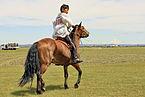Młody jeździec na stepie na lokalnym festiwalu Naadam (04).jpg