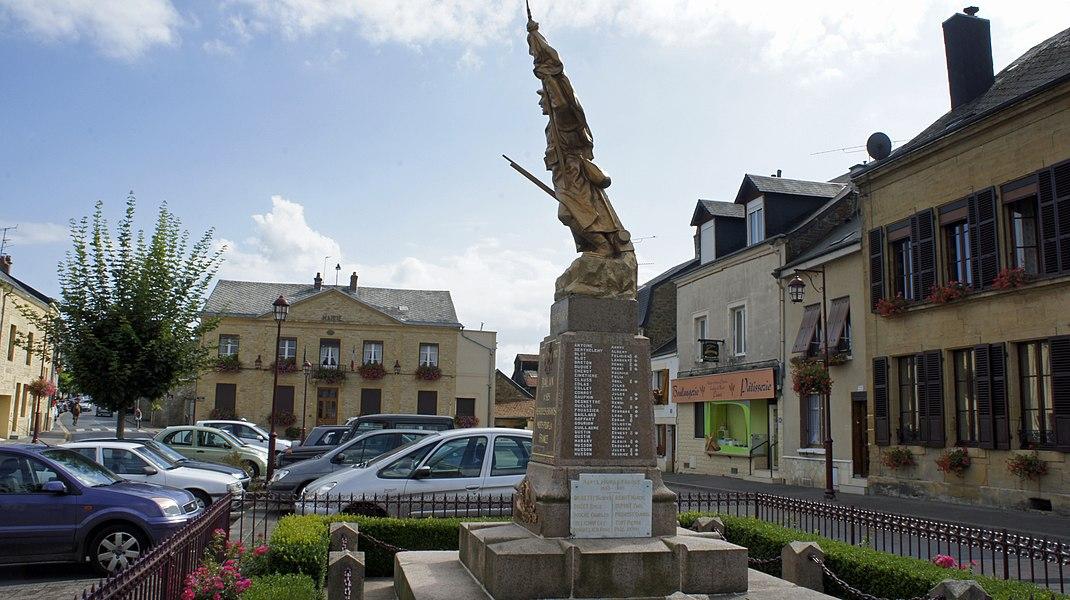 Vue de la Mairie qui habrite la Poste et du monument aux morts.