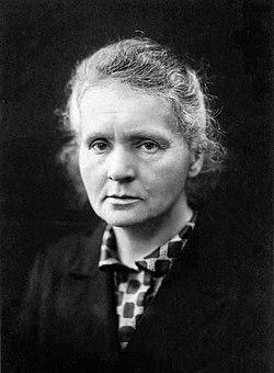 Marie Curie c1920.jpg
