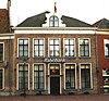 foto van Herenhuis onder mansardekap en met eenvoudige lijstgevel van 19e-eeuws karakter