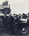 Maurice Vasselle (à D.) en 1934 au Départ à Paris du rallye Monte Carlo (avec ses équipiers de 1933 Buzi et Maret).jpg