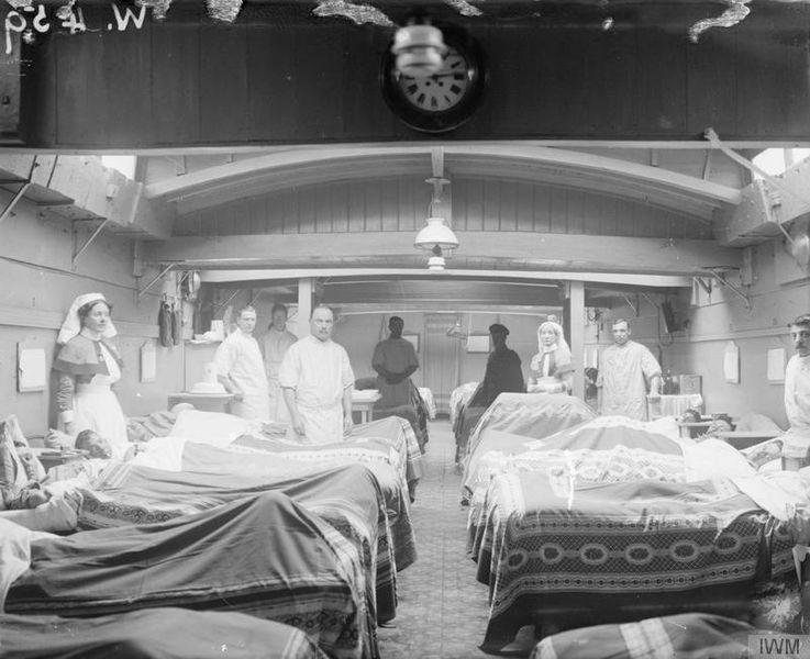 Archivo: Medicina durante la Primera Guerra Mundial - Transporte médico Q33443.jpg