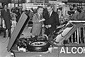 Minister Tuijnman bij een auto op alcohol rijd, Bestanddeelnr 931-3054.jpg