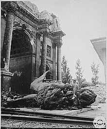 Porta della Vittoria danneggiata dai bombardamenti nel 1945.
