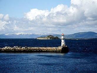 Trondheim Fjord - Image: Munkholmen og et fyr