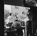 Muziekanten bij de ingang van een wijnbedrijf, Bestanddeelnr 254-3900.jpg