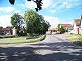 Nedrahovice, náves s rybníkem a kapličkou.jpg