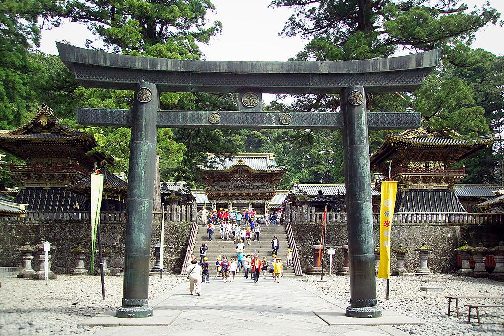 1024px-Nikko_Toshogu_Bronze_Torii_M3091.