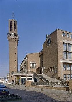 Overzicht voorgevel met vrijstaande toren en bordestrap - Hengelo - 20357251 - RCE.jpg