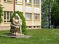 Pacov, škola , světové sluneční hodiny a sousoší.jpg