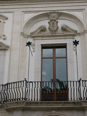Italiano: Porta-finestra centrale del piano no...