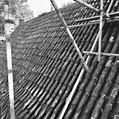 Pannendak, bestaande uit holle en bolle dakpannen, tijdens restauratiewerkzaamheden - Bornwird - 20329554 - RCE.jpg