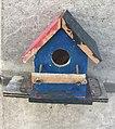 Petit nichoir à oiseaux coloré, rue des Andrés, Saint-Maurice-de-Beynost.jpg